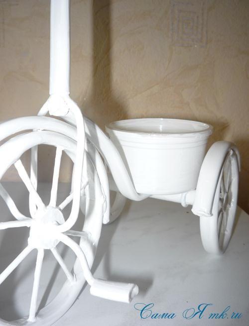 белый велосипед из проволоки с педалями