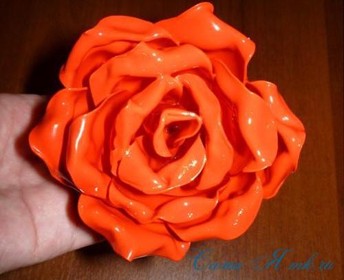 роза-из-пластиковых-ложек