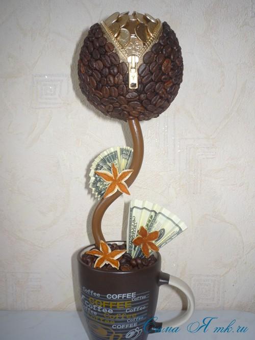 Топиарий из кофейных зерен с замочком и монетами
