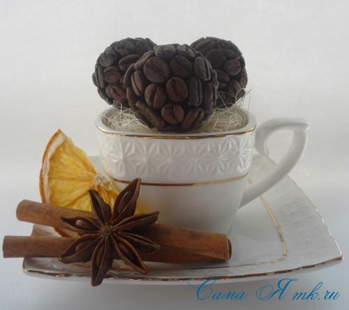 кофейная поделка чашка с шариками из кофейных зёрен