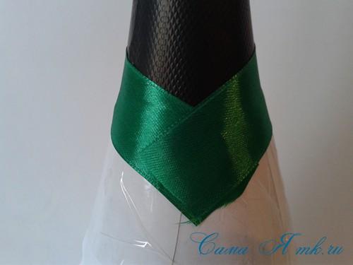 елка из бутылки шампанского и лент 10