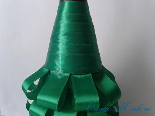 елка из бутылки шампанского и лент 27