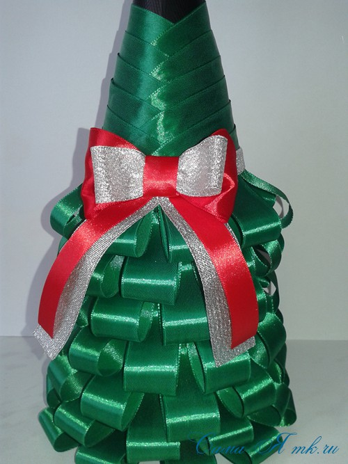 елка из бутылки шампанского и лент 33