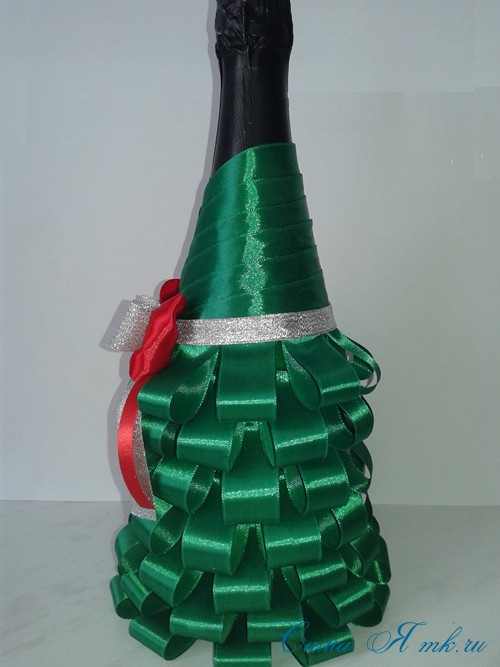 елка из бутылки шампанского и лент 34