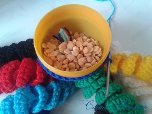 вязаные гремящие развивающие игрушки из яиц от киндер сюрприза своими руками крючком осьминог гусеница и жираф 24