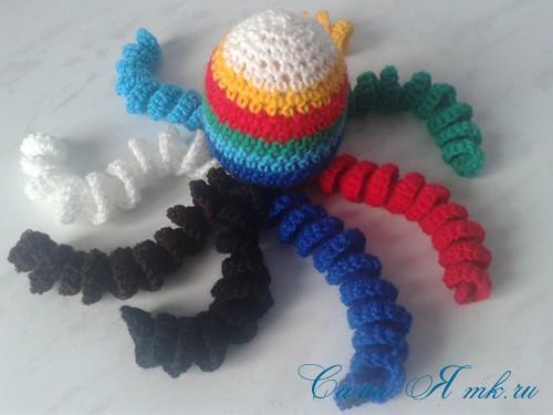 вязаные гремящие развивающие игрушки из яиц от киндер сюрприза своими руками крючком осьминог гусеница и жираф 30