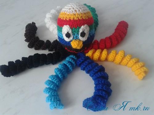 вязаные гремящие развивающие игрушки из яиц от киндер сюрприза своими руками крючком осьминог гусеница и жираф 31