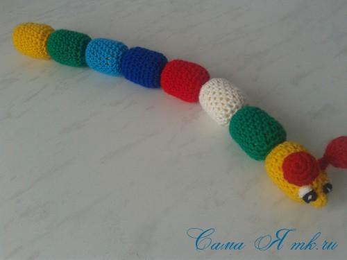 вязаные гремящие развивающие игрушки из яиц от киндер сюрприза своими руками крючком осьминог гусеница и жираф 36