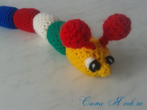 вязаные гремящие развивающие игрушки из яиц от киндер сюрприза своими руками крючком осьминог гусеница и жираф 37