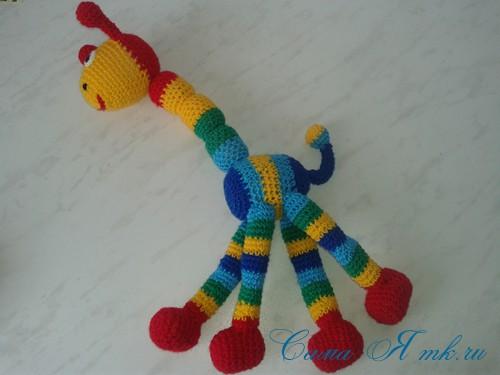 вязаные гремящие развивающие игрушки из яиц от киндер сюрприза своими руками крючком осьминог гусеница и жираф 38