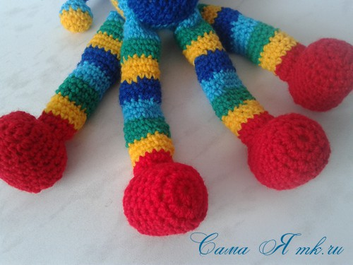 вязаные гремящие развивающие игрушки из яиц от киндер сюрприза своими руками крючком осьминог гусеница и жираф 40