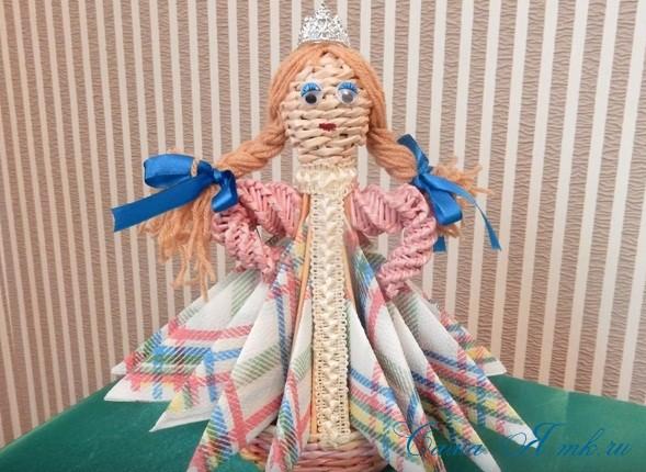 кукла-салфетница из бумажных газетных трубочек