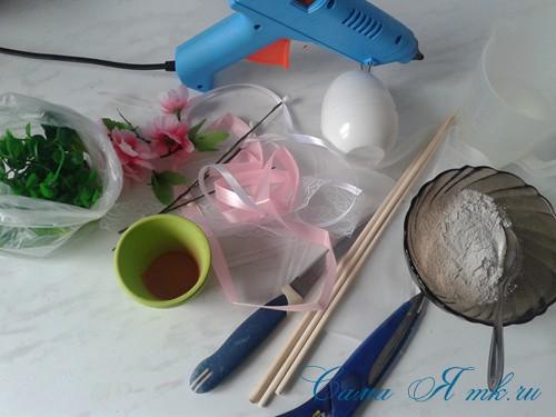 Пасхальный топиарий из сувенирного пластикового большого яйца 1