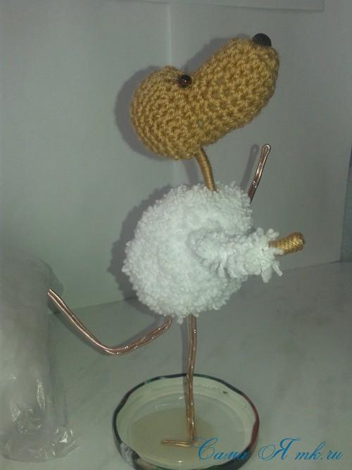 Вязанный крючком сувенир на проволочном каркасе овечка 2