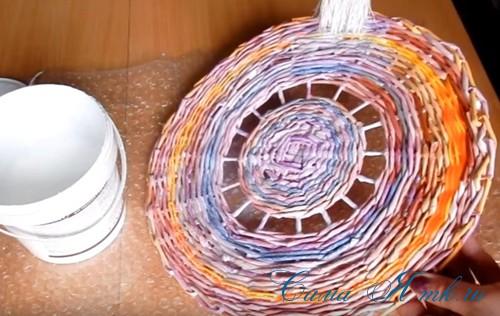 плетение из газет и бумажных трубочек подставка под расчески 1