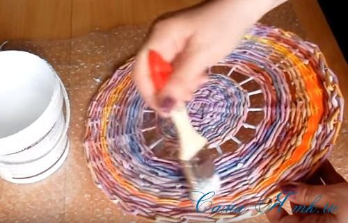 плетение из газет и бумажных трубочек подставка под расчески 2