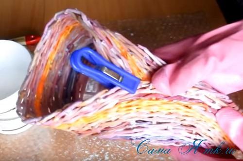плетение из газет и бумажных трубочек подставка под расчески 4