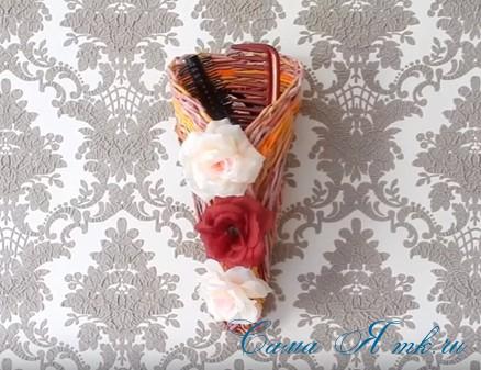 плетение из газет и бумажных трубочек подставка под расчески 7