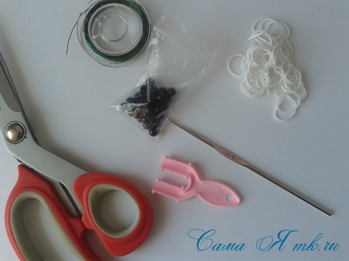 браслет из резинок с бусинами на рогатке 1
