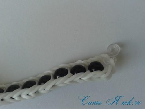 браслет из резинок с бусинами на рогатке 36