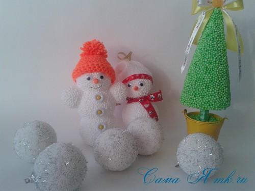 поделки шарики снеговик ёлка из мелких цветных шариков пенопласта своими руками 13 (Copy)