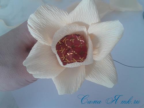 розы из гофро гофрированной бумаги с конфетами свит дизайн своими руками 11