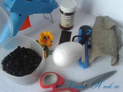 Кофейные магниты яички из зерен кофе на холодильник к Пасхе в форме яйца своими руками  1